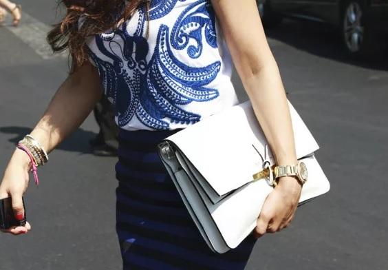 белая сумка и одежда с принтом